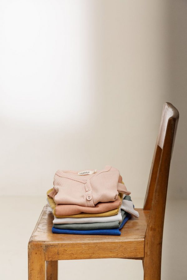 Marmar stapel t shirts op stoel
